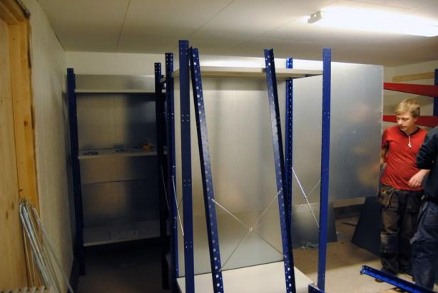 Arbete i uthuset - hyllorna sätts på plats. Foto: Patrik Engberg