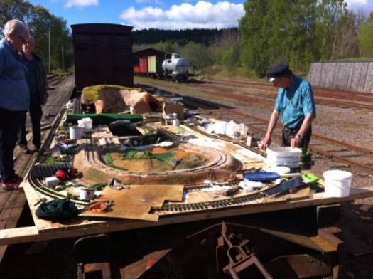 Arbetet med modelljärnvägen som skall vara i museihallen fortsätter.. Foto: Patrik Engberg