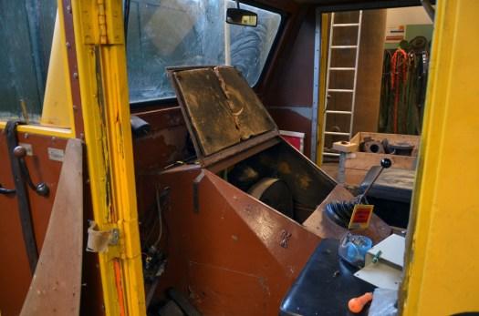 Arbete på dressinen i verkstaden. Dressinen blir fixad med el här av Christian  och Jimmy. Foto: Yngve CG