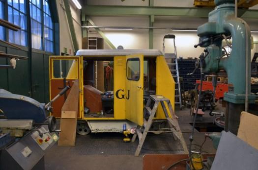 Arbete på dressinen i verkstaden. Foto: Yngve CG