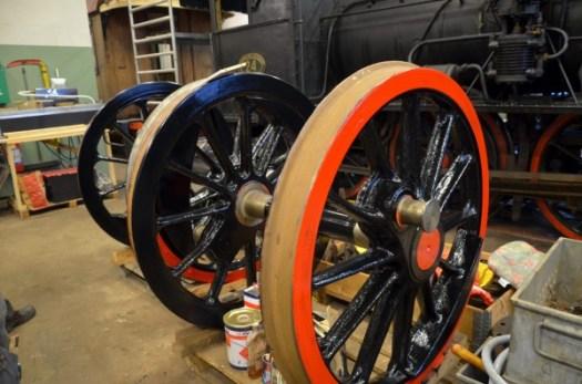 Hjulen till 31an har fått första lager av röd färg. Foto: Yngve CG
