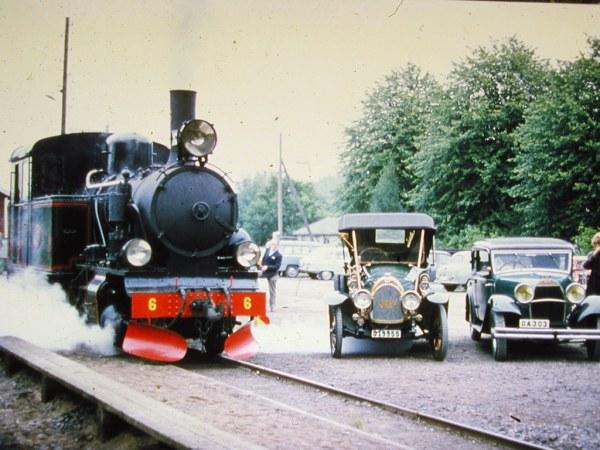 AGJ lok BLJ6 med veteranbilar. Foto: ur AGJ arkiv