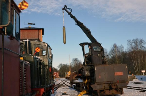 Tryckluftstanken till HBA 2 lyfts på plats. Foto: Yngve CG