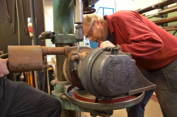 Niklas Jörby hjälper Alexander Friberg med generatorn till VGJ 24. Foto: Yngve CG