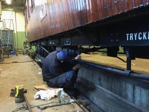 Krister monterar bromsdetaljer, styrventilen är renoverad. Foto: Patrik Engberg