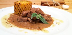 Veal spicy stew with grilled polenta