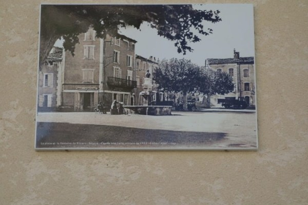 panneaux photo ancienne de la place de Ribiers