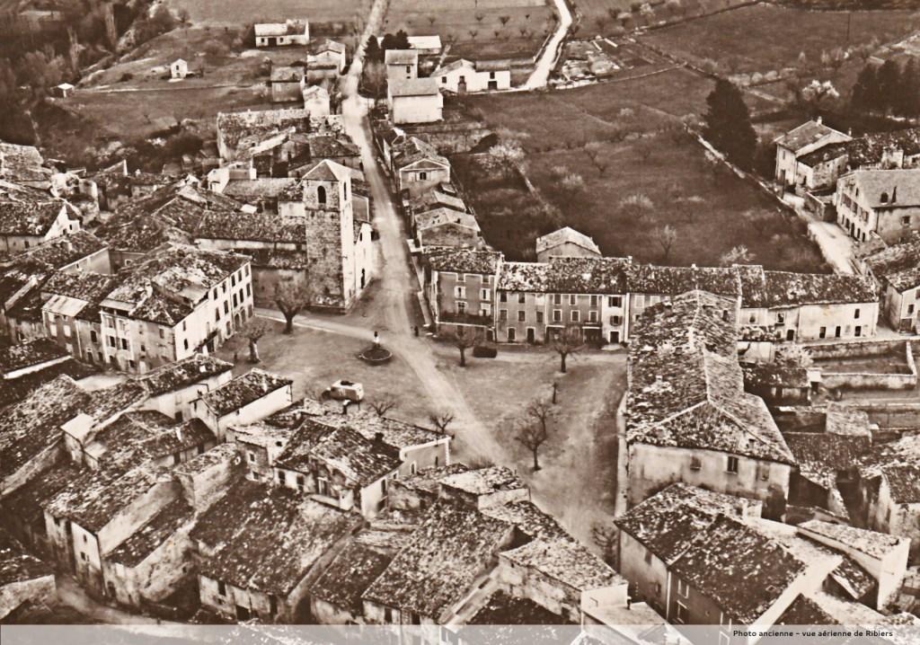 photo ancienne retouchée vue aérienne du village de RIBIERS