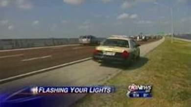 Photo of امرأة تقود سيارتها عارية الصدر وتفر من الشرطة لتعترف أنها فعلت ذلك لمفاجأة صديقها!