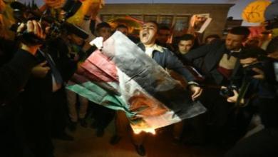 Photo of طلاب أمازيغ يحرقون علم البوليساربو أمام البرلمان تنديدا بمقتل زميل لهم
