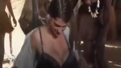 Photo of فيديو قبيلة تعيش لحد الساعة ويمنع فيها ارتداء الملابس شاهد ما فعلو بصحافية اجنبية