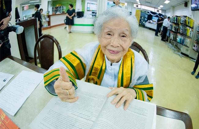 جدة عمرها 91 عامًا تصبح أكبر خريجة جامعية في تايلاند