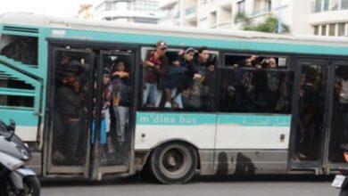 Photo of لحظة القبض على 8 منحرفين مدججين بالأسلحة البيضاء داخل حافلة للركاب