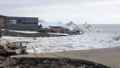 Photo of فيديو.. تسونامي جليدي يضرب شاطئ بحيرة أمريكية ويتسبب في ذعر السكان