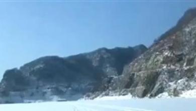 Photo of فيديو.. مفاجأة غير متوقعة لسيارة تسير على نهر متجمد