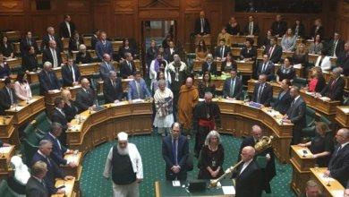 """Photo of ترحما على ضحايا """"مجزرة المسجدين"""".. البرلمان النيوزيلندي يفتتح جلسة طارئة بـآيات من الذكر الحكيم"""
