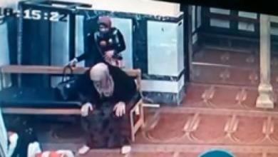 Photo of شاهد في مصر.. سرقة فتاتين لامرأة وهي تصلي داخل المسجد