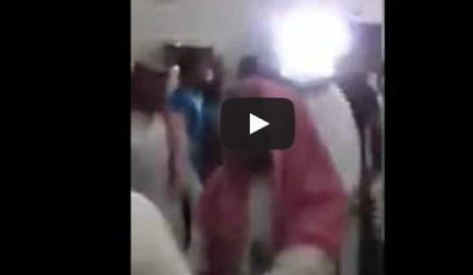 Photo of عراك بالأيدي في أحد المساجد بالسعودية بسبب الدعاء على السيسي وبشار
