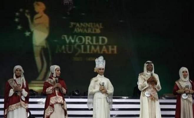 Photo of بالصور: اكتشف جنسية أول ملكة جمال المسلمات بالعالم نزلت على ركبيتها شكرا لله