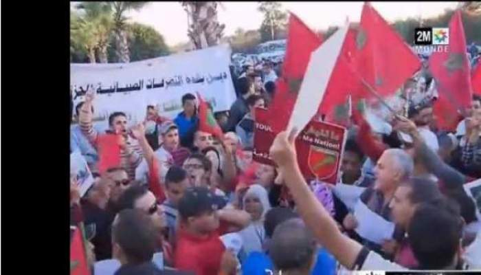 "Photo of فيديو: وقفة أمام سفارة الجزائر بالرباط احتجاجا على صبيانية مسؤولي الجارة ""الشقيقة"""