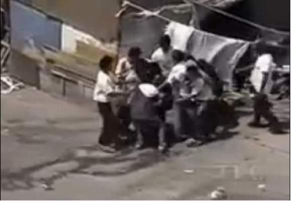 Photo of فيديو: أطفال متشردين يهاجمون ويسرقون الناس على طريقة الضباع