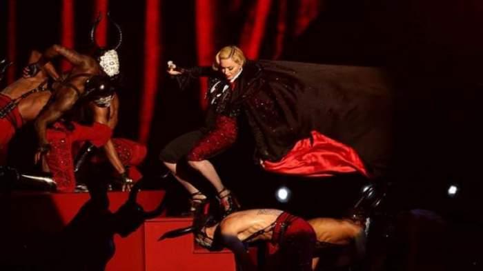 Photo of بالفيديو والصور: فستان مادونا يسقطها أرضاً في حفل Brit Awards 2015