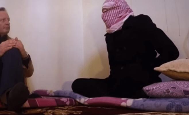 Photo of مترجم 'داعش' السابق  يكشف سر هدوء الرهائن قبل ذبحهم ـ فيديو