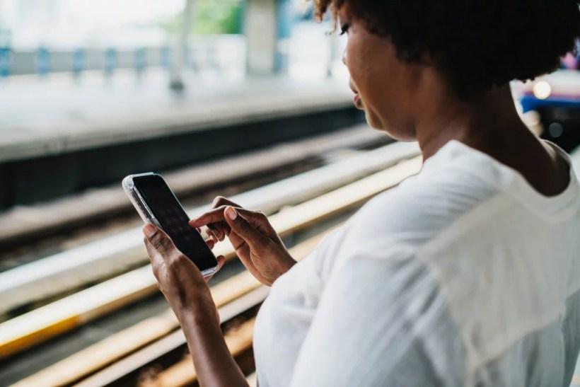 mulher recarregar seu bilhete único no metrô em são paulo