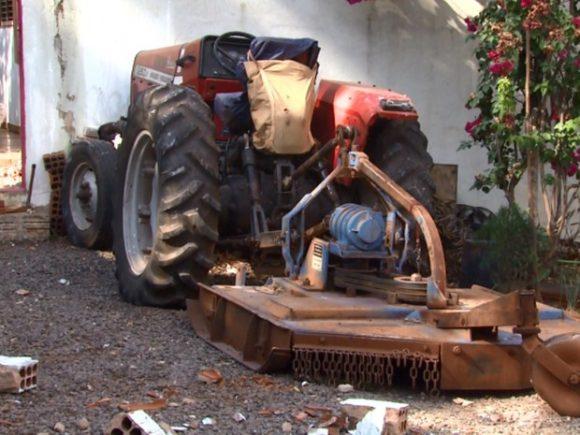 Trator, desgovernado, derrubou muro e parou dentro de quintal - Foto: RPC TV Maringá/Reprodução