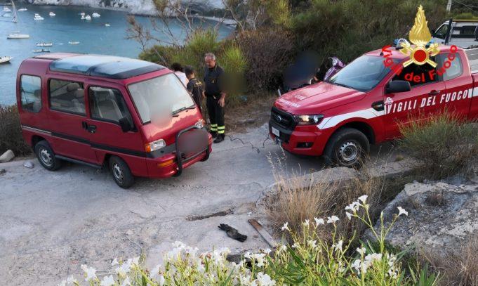 """Ponza. Al """"Frontone"""" minibus resta in bilico sulla scarpata"""