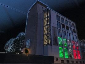 Il tricolore illumina il Palazzo del Weigil nel cuore di Trastevere