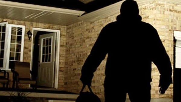 Aprilia: due banditi in casa le impongono di consegnare gioielli e soldi