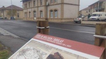 Un panneau souvenir installé à la gare de Boulay-Moselle