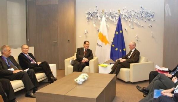 Atmosphère très cordiale à Bruxelles le 14 mars 2013 : les dirigeants européistes de Chypre et les dirigeants de l'UE rient de bon cœur du racket général sur les comptes bancaires des particuliers à Chypre dont ils viennent de convenir.