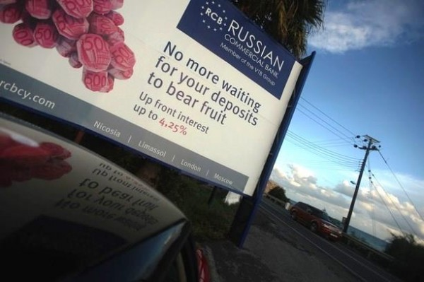 Parmi les gros déposants dans des banques chypriotes figurent des riches particuliers russes, attirés par les promesses de rentabilité de la Russian Commercial Bank (Cyprus). Ici une affiche publicitaire le long d'une route près du port chypriote de Limassol.