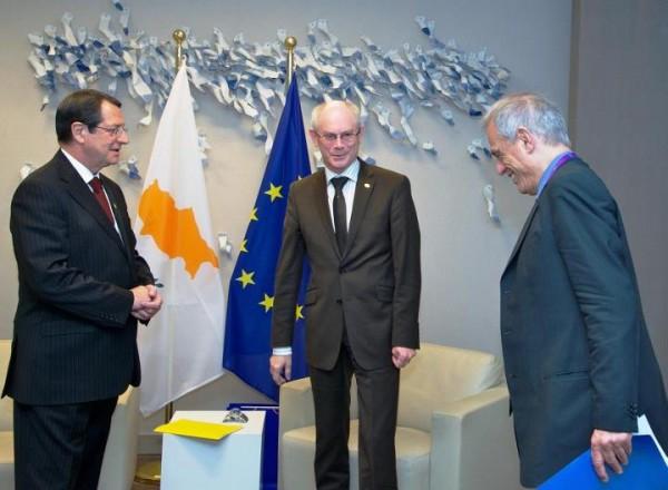 De gauche à droite : M.Nicos ANASTASIADES, Président de la République de Chypre, M.Herman VAN ROMPUY, Président du Conseil européen, et M.Michael SARRIS, ministre des finances de la République de Chypre. Tous ces messieurs semblent savourer l'idée du racket organisé sur les déposants chypriotes. Le ministre des finances de Chypre paraît même avoir du mal à ne pas éclater de rire.