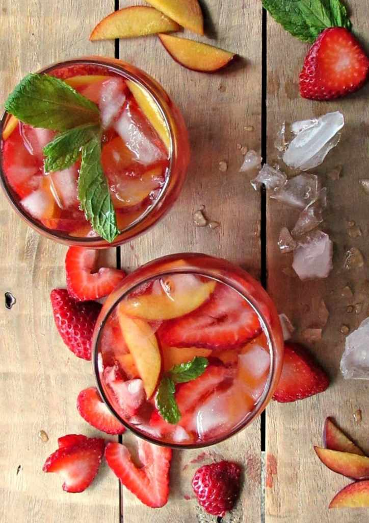Strawberry Peach Sangria with Rosé : ideal summer beverage. Pairs with barbecue, spicy dishes, chicken, pork, seafood, charcuterie or grilled pizza.