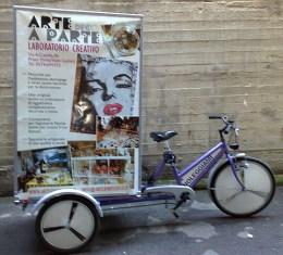 Annalisa la bici che avvisa pubblicità Arte a Parte