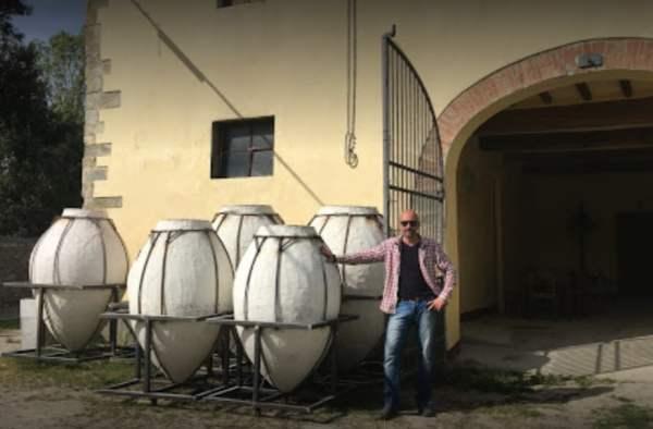 Michele Lorenzetti con le grandi anfore in terracotta all'esterno della sua azienza