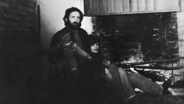 """Un'immagine familiare di Gino Girolomi negli anni '70 tratta dal film """"La terra tradita"""" di Matteo Scanni"""