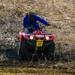 Un agricoltore su una macchina agricola