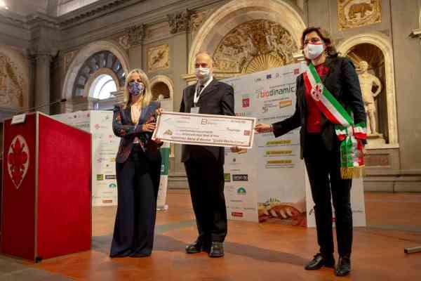 La borsa quest'anno sarà erogata dall'Università di Pisa. Qui sopra il, momento di consegna dell'assegno