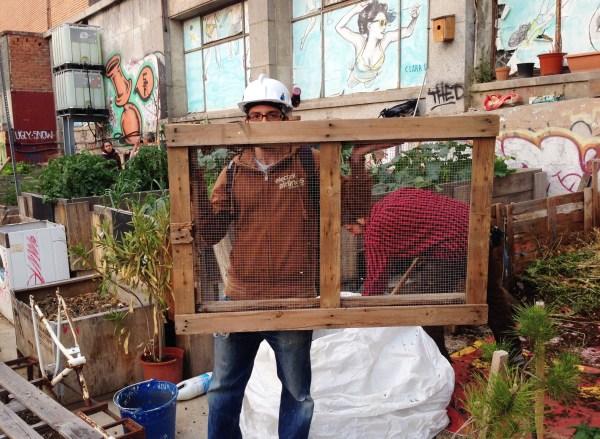 Álvaro con la Criba para el compost