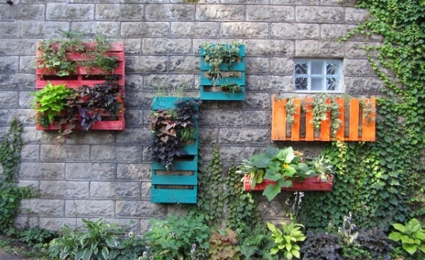 Huerto vertical fabricado a partir de palés pintados de colores (Fuente: www.homeaid.xnet.co.il)