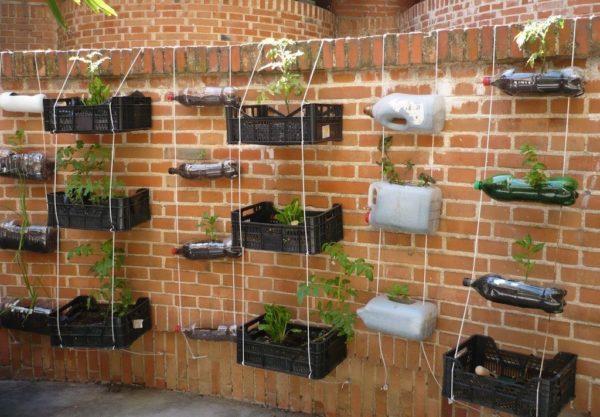 Huerto vertical construido a partir de cajones y botellas reciclados