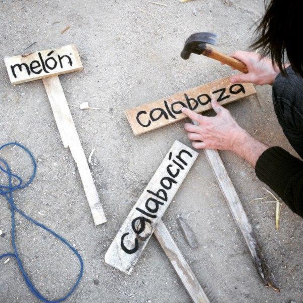 Fabricando carteles para los bancales (Fuente: www.solarpasilloverde.wordpress.com)