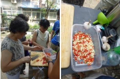 Haciendo preparados naturales con ajo y guindilla en Sanyuanli Community Garden