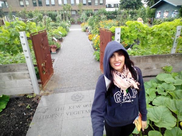 Sandra entrando al huerto didáctico de The Kew Guild Student Vegetable Plots