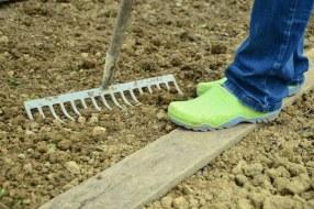 Cómo cuidar el suelo del huerto. Abonos y labores para mejorar la tierra
