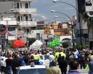 Folla in strada per l'ultimo saluto a Sommese. Scoppia la polemica a Saviano